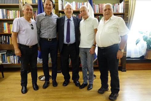 בתמונה מימין: דדש, קשטן, הנשיא ראובן ריבלין, אלי כהן ואבהרם לוי. צילום: באדיבות בית הנשיא