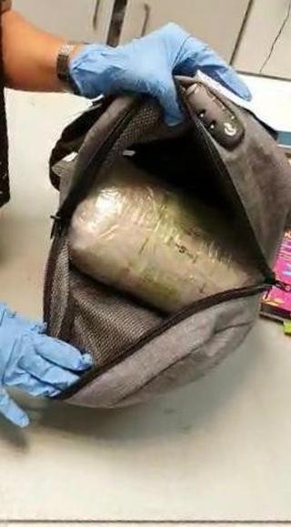 הסמים שתוך התיקים. צילום: דוברות המשטרה
