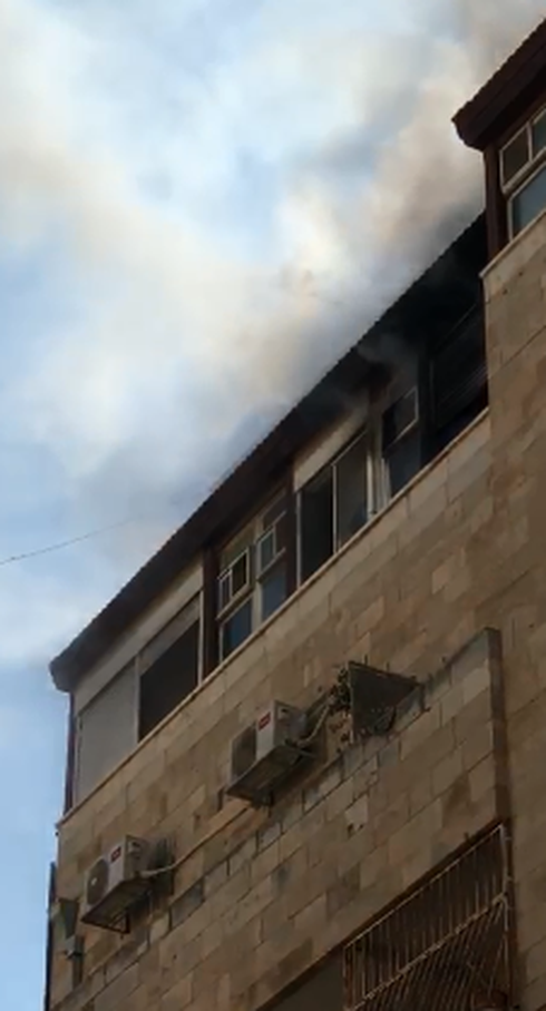 השריפה בדירה ברחוב בן יהודה. צילום: כבאות והצלה מחוז ירושלים