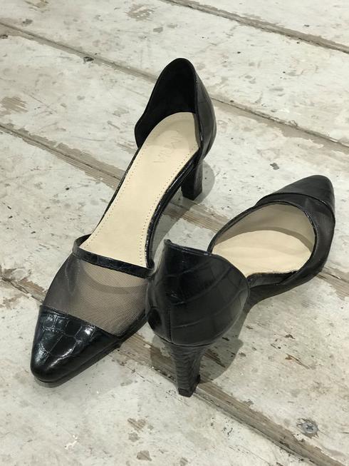 נעליים שלא יורדות מהרגליים מהמותג של גלית AMRIA. צילום פרטי