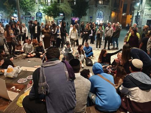 בני הנוער בכיכר ציון (צילום: ענת יורובסקי)