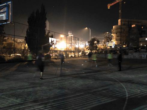 הבנות משחקות בחושך   צילום: פרטי