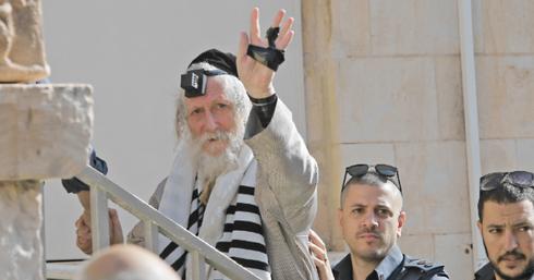 הרב ברלנד חוזר לביתו   צילום: אלכס קולומויסקי