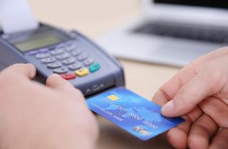 העברת כרטיסי אשראי. צילום: shutterstock