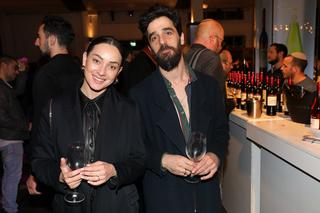 אנה ארונוב ובעלה באירוע של צור עולם של יין. צילום: רפי דלויה