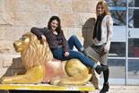 """כץ והברמן על אחד הפסלים. """"הפנינג סביב כל אריה"""". צילום: יואב דודקביץ'"""