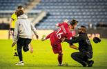 האוהד פורץ לדשא במשחק מול פולין | צילום: עוז מועלם